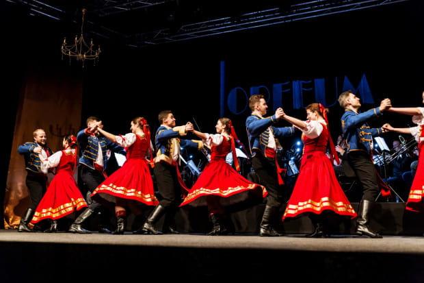 """Bardzo dobrym pomysłem było zaangażowanie do spektaklu Zespołu Pieśni i Tańca Uniwersytetu Gdańskiej """"Jantar"""", który do spektaklu wnosi wiele kolorytu."""