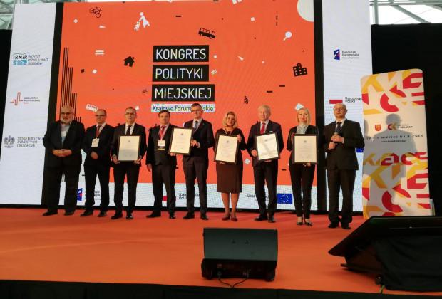 Wręczenie nagrody - dyplomu w konkursie na Lidera Zrównoważonego Gospodarowania Przestrzenią. Nagrodę w imieniu Gdańska odebrała Edyta Damszel-Turek, dyrektor BRG (druga od prawej).