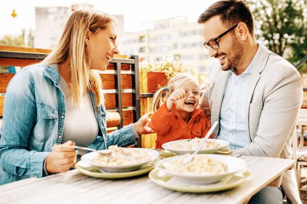 Niedzielne lunche z atrakcjami dla dzieci w restauracjach, to pomysł na wspólne spędzenie czasu dla całych rodzin.