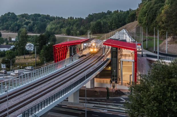 O tym, jak komfortowo można podróżować po mieście, korzystając z dwóch różnych środków transportu, można przekonać się choćby na wspólnym przystanku w Brętowie (na zdjęciu).