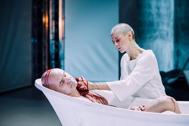 """""""Kordian"""" Teatru Wybrzeże jest propozycją pełną krwi i przemocy. Kwestiami bohatera obdzielono pięciu aktorów."""