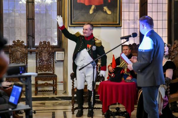 """Debata """"Napoleon. Polska. Gdańsk"""", która 9 stycznia odbywała się w Ratuszu Głównego Miasta, miała charakter naukowy, ale nie zabrakło na niej także swobodniejszych akcentów. Takich jak wizyta rekonstruktora w stroju jej głównego bohatera."""