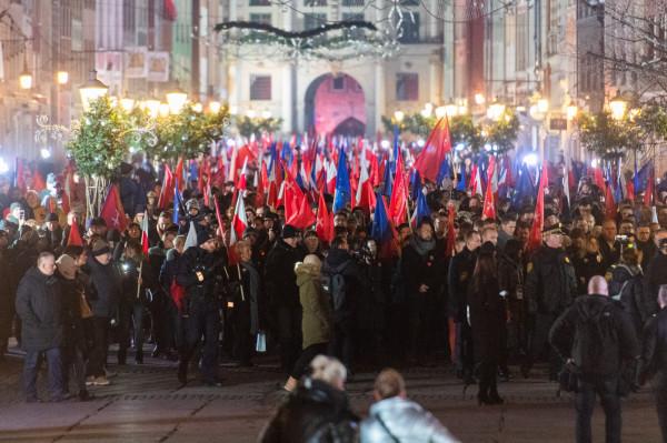 Zebrani przemaszerowali tunelem światła na ul. Długiej do Bazyliki Mariackiej.