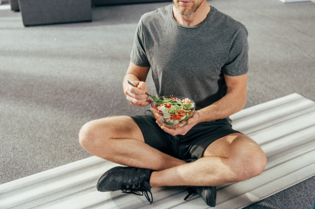 Większość źródeł sugeruje, aby jeść mniej więcej dwie-cztery godziny przed treningiem.