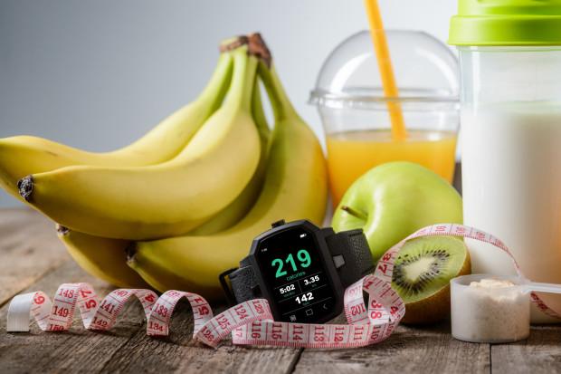 W niektórych sytuacjach zaleca się, by zjeść zbilansowany posiłek na trzy-cztery godziny przed treningiem oraz dodatkową lekkostrawną przekąskę około godzinę przed planowanym wysiłkiem. Zazwyczaj poleca się w tym celu przekąski obfitujące w węglowodany, np. rodzynki, suszoną żurawinę lub banany.