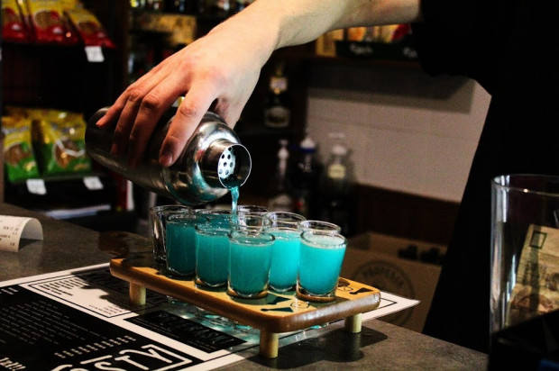 Puby i kluby wychodzą naprzeciw potrzebom organizatorów, proponując gościom zestawy shotów czy tuby z piwem.