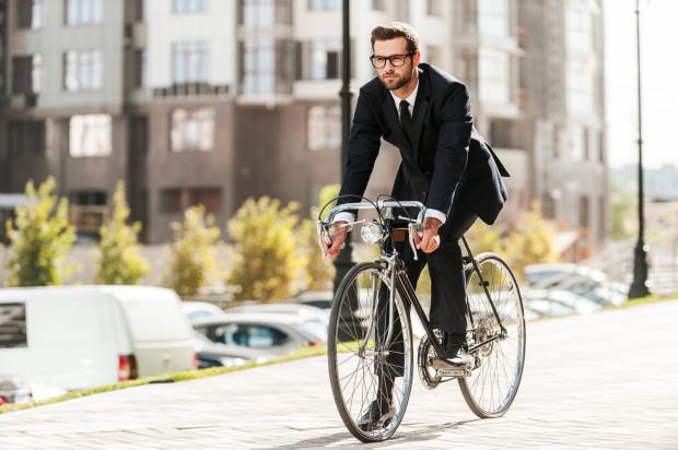 Na rower w okularach czy soczewkach? Wybierajmy w zależności od wygody i stanu zdrowia oczu.