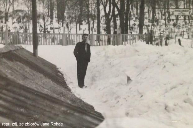 Jan Rohde przed cmentarzem w 1965 r.