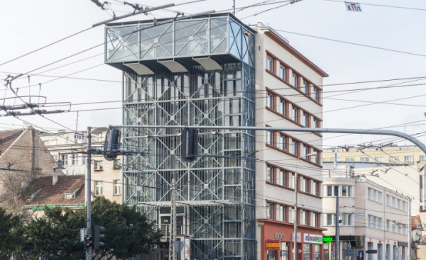Jeśli dojdzie do zamiany działek to wieża w takim kształcie zniknie. Od strony 10 Lutego zastąpi ją zabudowa z ogólnodostępnym tarasem.