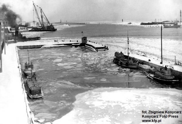 Zamarznięty basen pilotowy w Porcie Gdańskim, w pobliżu ujścia również częściowo zamarzniętej Martwej Wisły do morza. Zdjęcie z lutego 1963 r.