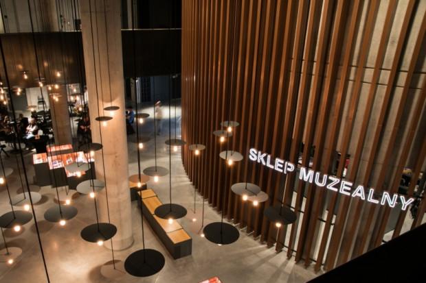 Sklepy muzealne stanowią dziś połączenie m.in. kameralnych księgarni, punktów z pamiątkami i małych butików.