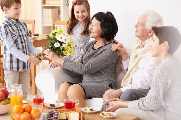 Poświęcony dziadkom czas i uwaga będą najbardziej udanymi podarunkami, jakie sprawicie babci i dziadkowi.