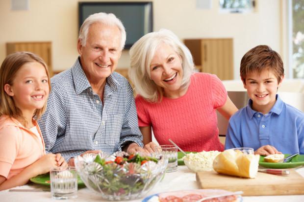 Zaproście dziadków na uroczysty obiad do restauracji albo sami zorganizujcie rodzinny obiad.
