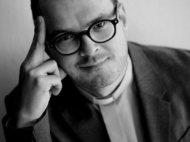 Wielokrotny laureat Orłów i nagród indywidualnych Festiwalu Polskich Filmów Fabularnych w Gdyni, Dawid Ogrodnik, zmierzy się z kolejną autentyczną postacią. Tym razem na wielkim ekranie zostanie księdzem Janem Kaczkowskim. Ukazały się właśnie próbne zdjęcia do filmu, na których aktor jest uderzająco podobny do duchownego.