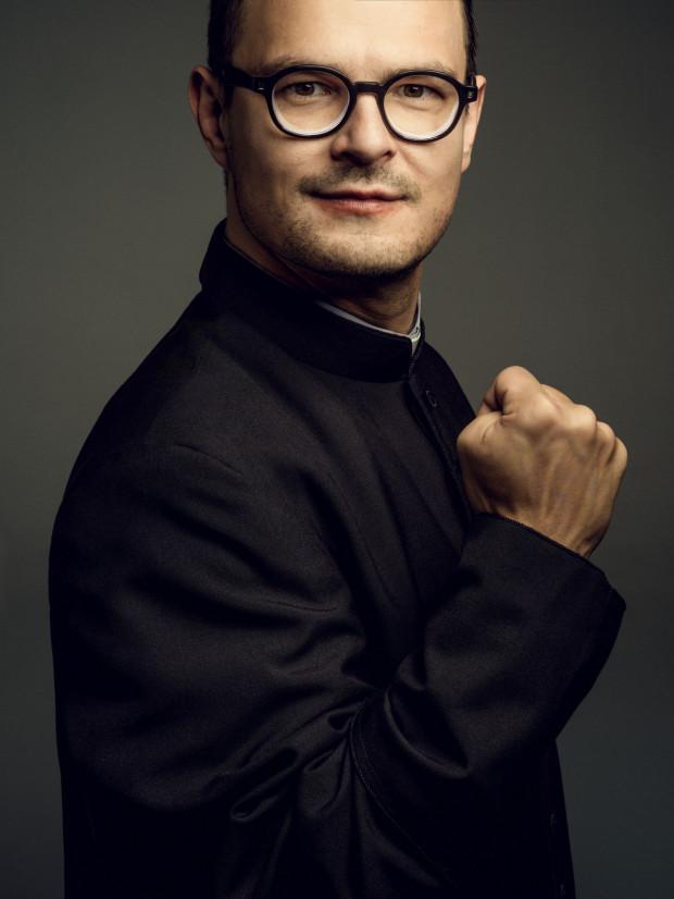 """""""To ksiądz, jakiego do tej pory nie było nam dane oglądać w polskim kinie - z jajami, empatią, poczuciem humoru i prawdziwie ludzką twarzą"""" - tak o ks. Kaczkowskim mówi Maciej Rzączyński, producent filmu."""