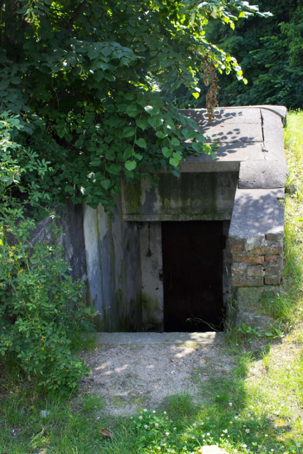 Wejście do schronu z czasów II wojny światowej na terenie Uniwersyteckiego Centrum Klinicznego.