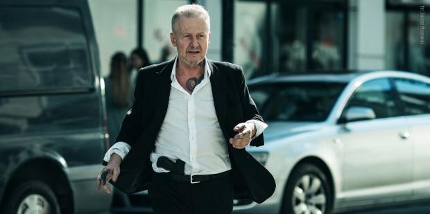 Franz Maurer (Bogusław Linda) po 25 latach opuszcza więzienie. Na wolności jednak nie czeka na niego nikt i nic. Poza demonami przeszłości i nierozwiązanymi sprawami.