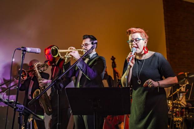 Po występie Grupy MoCarta w filharmonicznym foyer odbył się bal, podczas którego do tańca przygrywał Lighthouse Band. Na zdjęciu od prawej: Joanna Knitter, Emil Miszk, Marcin Janek.