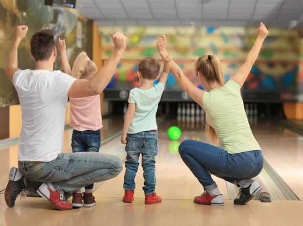 Rodzinne aktywności sportowe mają wiele form - od wyjścia na kręgle po uczestnictwo w zorganizowanych zajęciach pod okiem instruktora. Najważniejsze, aby wszystkim sprawiały radość.