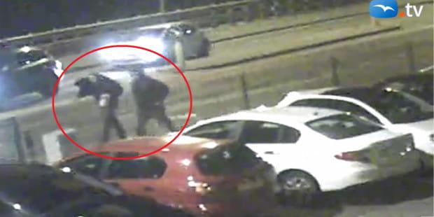Kierowca i pasażer uciekają z miejsca wypadku. Jeden z mężczyzn zasłania twarz.