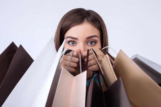 Bezmyślne kupowanie wszystkiego, co nam wpadnie w ręce skutkuje nie tylko obrastaniem w masę niepotrzebnych rzeczy, ale również frustracją finansową i zamartwianiem się o przyszłość.