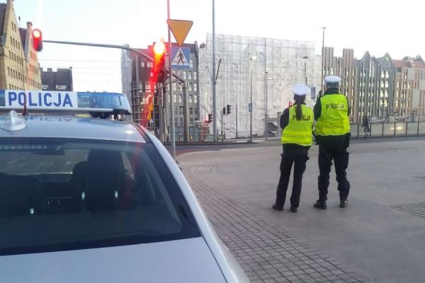 Choć policjanci kontrolowali prędkość przy przejściach dla pieszych i specjalnie się z tym nie kryli, to i tak w ciągu kilku godzin trafiło się trzech kierowców, którzy prędkość przekroczyli o ponad 50 km/h.