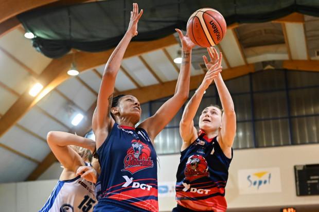 Koszykarki DGT Politechniki doznały trzeciej z rzędu porażki w Energa Basket Lidze Kobiet. Na zdjęciu Jenna Smith i  Agnieszka Haryńska.