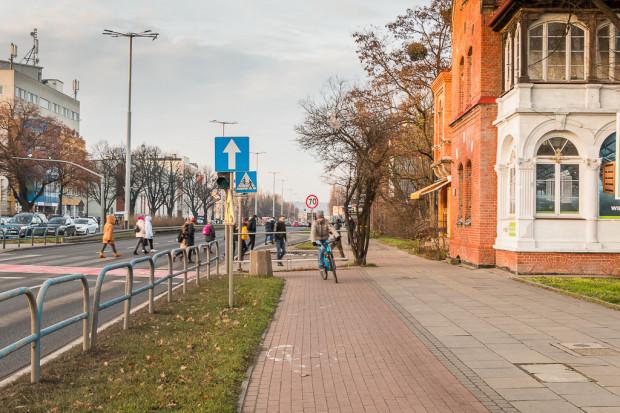 Obecnie w tym miejscu rowerzyści jadący w kierunku Sopotu muszą przeprawiać się na drugą stronę jezdni.