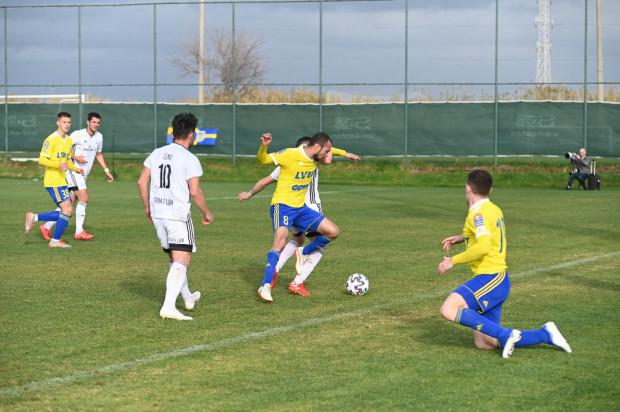 W meczu z FK Struga grali głównie piłkarze rezerwowi Arki Gdynia. Wynik sparingu otworzył Marcus (przy piłce).