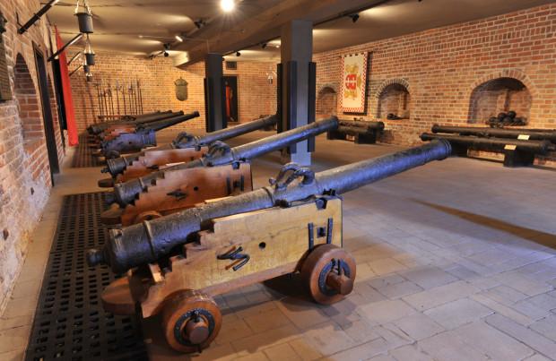 Zdjęcia dział znajdujących się w Narodowym Muzeum Morskim w Gdańsku. Po zakończeniu postępowania prokuratury odnalezione działa zasilą widoczną na zdjęciu kolekcję.