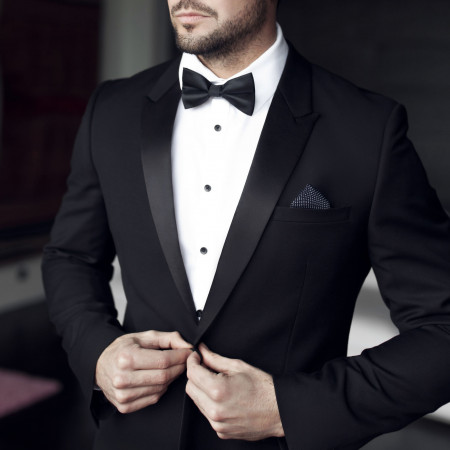 """W przypadku mężczyzn, zgodnie w wymogami """"black tie"""", panowie powinni mieć na sobie (oprócz smokingu) białą koszulę z łamanym kołnierzykiem."""
