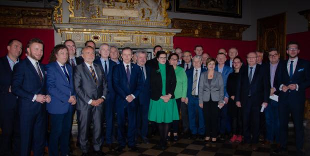 Wspólne zdjęcie marszałka senatu prof. Grodzkiego i samorządowców, którzy wzięli udział w spotkaniu ws. ustawy metropolitalnej dla Pomorza.
