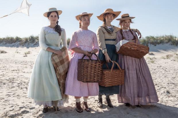 """Meg, Amy, Jo i Beth March szybko wchodzą w dorosłość, która często w nieprzyjemny sposób weryfikuje ich młodzieńcze marzenia i plany. Silna siostrzana więź pozwala jednak bohaterkom """"Małych kobietek"""" przetrwać najgorsze kryzysy."""