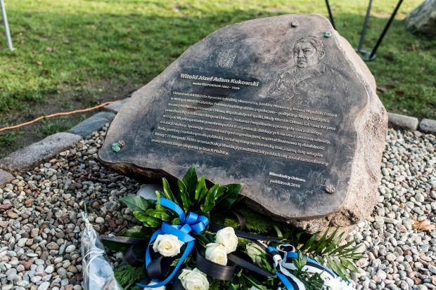Tablica poświęcona Witoldowi Kukowskiemu odsłonięta w Parku Kolibki w listopadzie 2018 r.