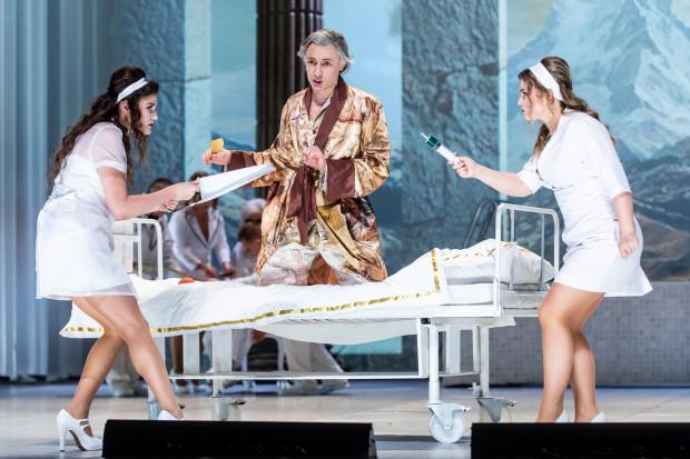 """""""Don Bucefalo"""" Opery Bałtyckiej przeniesiono w realia ekskluzywnej kliniki """"Il Paradiso"""". Na zdjęciu od lewej: Katarzyna Nowosad, Artur Janda i Gabriela Gołaszewska."""