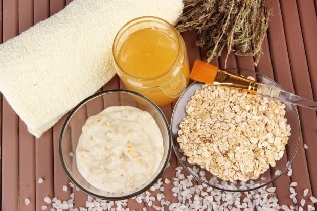 Maseczka o działaniu anti aging składa się z miodu, jogurtu naturalnego oraz płatków owsianych.