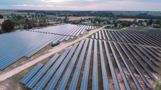 Energa OZE prowadzi działalność w obszarze wytwarzania energii elektrycznej z odnawialnych źródeł energii. Na zdjęciu elektrownia fotowoltaiczna w Czernikowie.