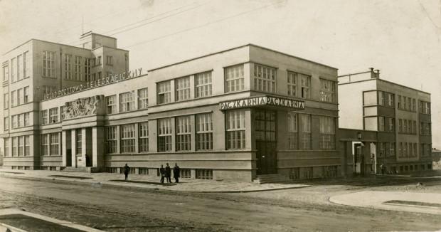 """Tak wyglądał budynek poczty w latach 1929-1937, fot. """"AWE"""" Gdynia, ok. 1930 (zbiory Muzeum Miasta Gdyni)"""