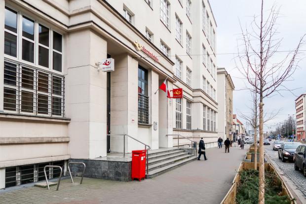 Działający do dziś urząd pocztowy przy ul. 10 lutego w centrum Gdyni został otwarty w 1929 r., a następnie przebudowany w 1937 r.