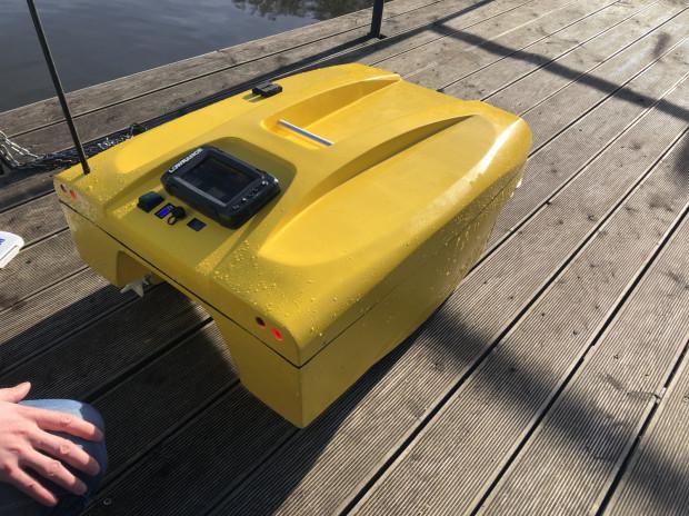 Dron wodny waży około 12 kg.