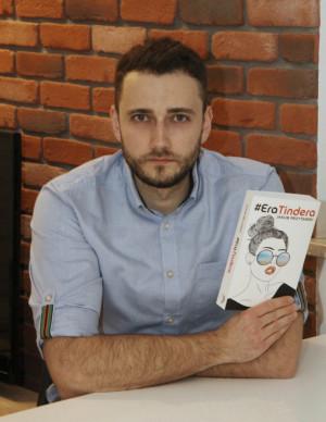 """Jakub Przytarski zadebiutował książką """"Era Tindera"""", która opisuje pokolenie współczesnych 20-, 30-latków."""
