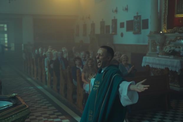 """Polscy filmowcy znów zostali docenieni przez Akademię, ale i tym razem będzie ciężko o Oscara. Paweł Pawlikowski przed rokiem z """"Zimną wojną"""" trafił na piekielnie mocną """"Romę"""". Pecha ma również Jan Komasa, gdyż """"Bożemu Ciału"""" przyszło rywalizować z koreańskim """"Parasite"""". Film Joon-ho Bonga ma szansę na statuetkę nie tylko w kategorii """"film międzynarodowy"""". Liczy się także w grze o najwyższą stawkę, jaką jest Oscar za film roku."""