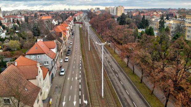Al. Hallera, widok w kierunku skrzyżowania z ul. Mickiewicza. Po prawej stronie zdjęcia widoczne zabudowania Wydziału Farmacji GUMed.