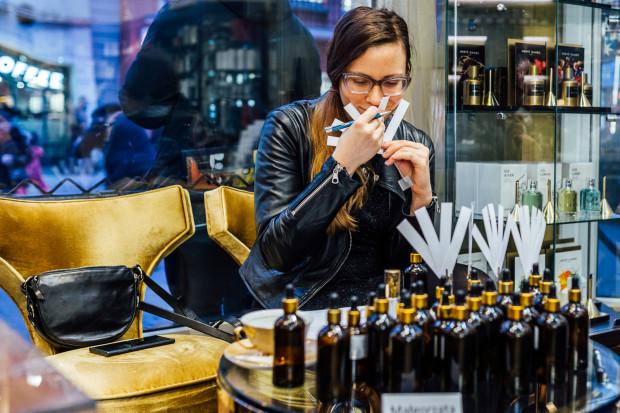 Tworzenie kompozycji zapachowych jest swojego rodzaju sztuką, którą zajmuje się kilkadziesiąt tysięcy perfumiarzy na całym świecie.