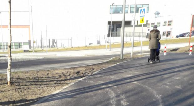 Ustawione słupki nie powstrzymują kierowców przezd wjazdem na ścieżkę.