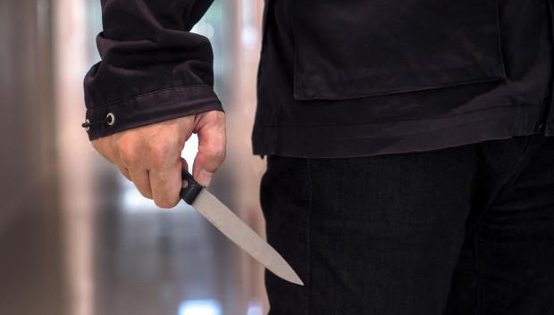 33-latek zaatakował innego mężczyznę nożem. Szuka go policja. Zdjęcie poglądowe.