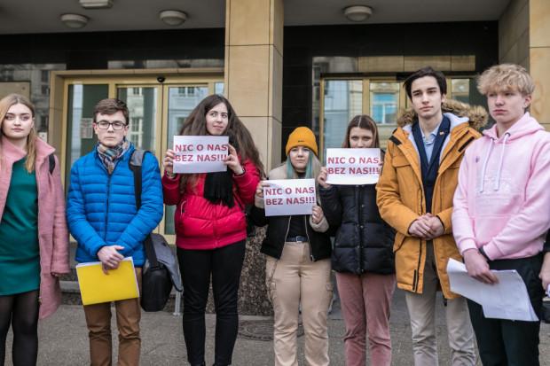 W środę pod gdańskim magistratem młodzież popierająca program zorganizowała konferencję, gdzie apelowała o to, by pozwolić im decydować o własnej edukacji seksualnej.