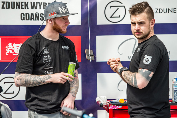 Krystian Plech (z prawej) odchodzi z Wybrzeża. Szkoda, bo gdańscy żużlowcy bardzo chwalili sobie pracę z młodym menedżerem.