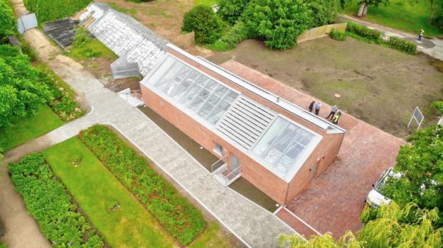 Gotowy nowy budynek zaplecza socjalno-technicznego oraz szklarnia, która jest objęta aktualnym postępowaniem przetargowym.