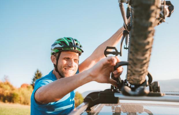 Jednym ze sposobów przewiezienia roweru samochodem jest zamontowanie go na dachu.